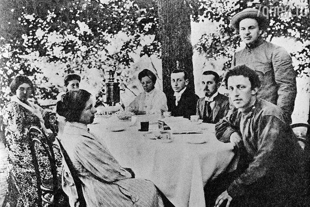 Александр Блок в кругу семьи в своем имении Шахматово