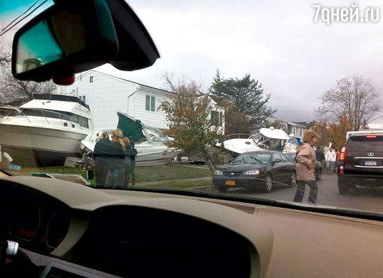 Шторм захлестнул дом семьи актрисы: морские катера, вынесенные волной прямо на участок, чуть не разбили особняк