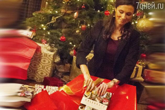 Двойник Пиппы Миддлтон разворачивает новогодние подарки