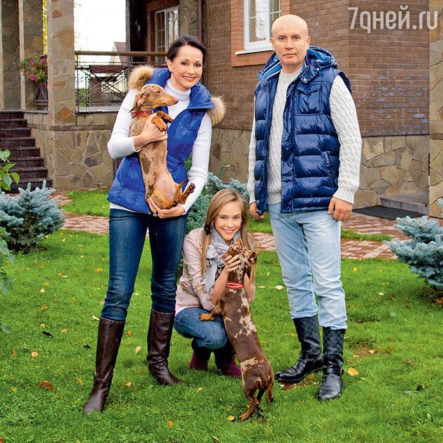 Ольга Кабо с мужем Николаем и дочерью Татьяной в своем загородном доме. 2011 г.