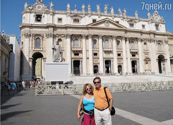 Алексей Пушков с женой на фоне Собора Святого Петра в Риме