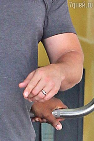 Бен Аффлек продолжает носить обручальное кольцо