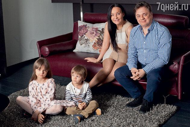 Андрей и Анастасия Леоновы с детьми