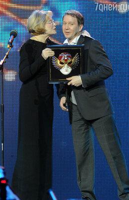 Актеры Людмила Максакова и Евгений Миронов, ставший лауреатом национальной театральной премии «Золотая маска» в номинации «Драма/Мужская роль»