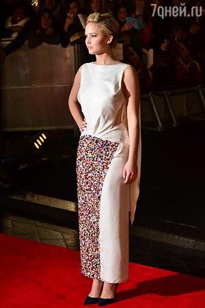 Дженнифер Лоуренс на премьере  фильма «Голодные игры: И вспыхнет пламя» в Лондоне