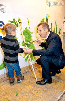 Уполномоченный при Президенте РФ по правам ребенка Павел Астахов рисует елку