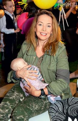 На руках у ЖанныФриске спокойно уснула новорожденная девочка ссиндромом Дауна — дочка гостьи фестиваля