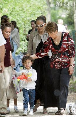 Дженнифер Лопес с детьми и мамой Гваделупой