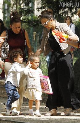 Дженнифер Лопес с детьми в парижском парке Монсо