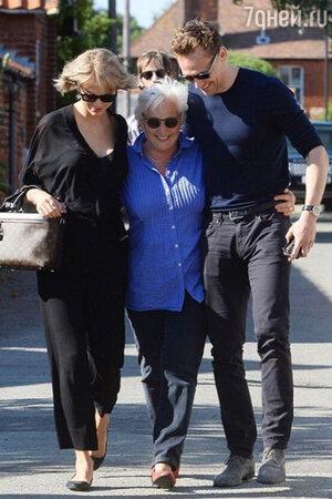 Тейлор Свифт и Том Хиддлстон с мамой
