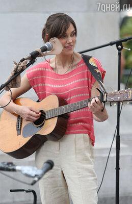 Муж безуспешно учил Киру играть на гитаре во время съемок фильма «Может ли песня спасти тебе жизнь?»