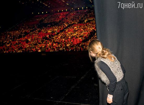 Стефания с замиранием сердца наблюдает из-за кулис, как заполняется парижский Дворец конгрессов перед концертом ее папы
