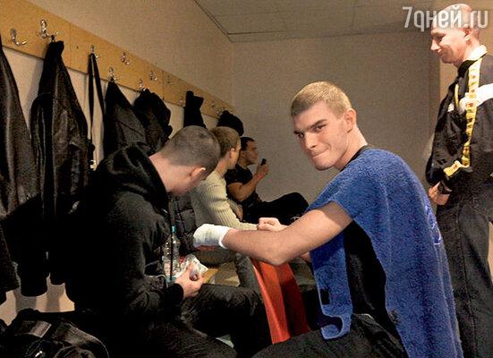 Владимир к службе в армии готов — он, как и отец, много занимался спортом, сейчас увлекается кикбоксингом