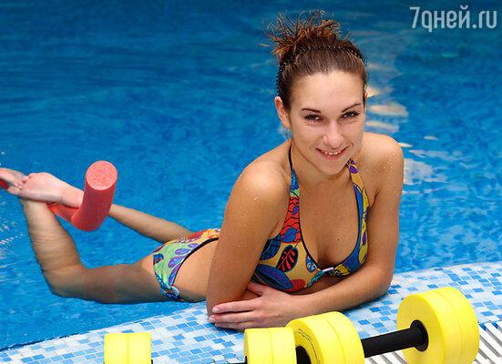 Аквааэробика - один из самых эффективных способов похудеть и успешно справиться со многими женскими проблемами, включая целлюлит и лишний вес. За один час плескания в воде можно потратить около 680 калорий
