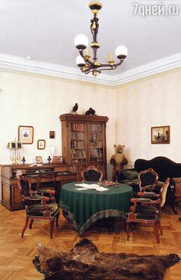 Кабинет Н.А. Некрасова, обставленный, как и вся квартира, чрезвычайно дорогой, изысканной мебелью
