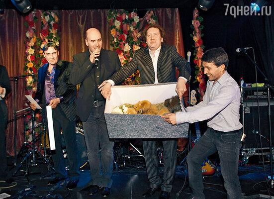 Участники «Квартета И» Ростислав Хаит, Александр Демидов и Леонид Барац с живым подарком