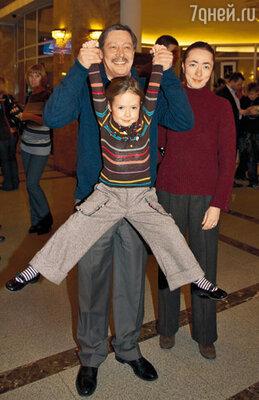 Михаил Ефремов с дочкой Верой и женой Соней