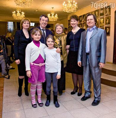 Вячеслав Шалевич с женой Татьяной и дочерью Аней (справа), Людмила Касаткина с невесткой Светланой, сыном Алексеем и внучкой Аней (слева)