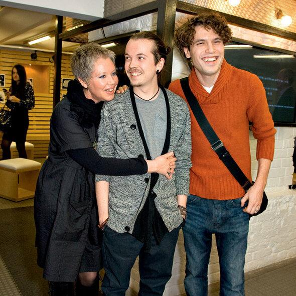 Иван Макаревич с мамой Аллой и партнером по спектаклю «Жара» Пашей Артемьевым