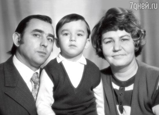Кирилл с отцом Александром Васильевичем и мамой Ниной Михайловной