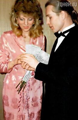 Саша все детали нашей свадьбы продумал сам,  даже платье мне и своей маме подобрал заранее