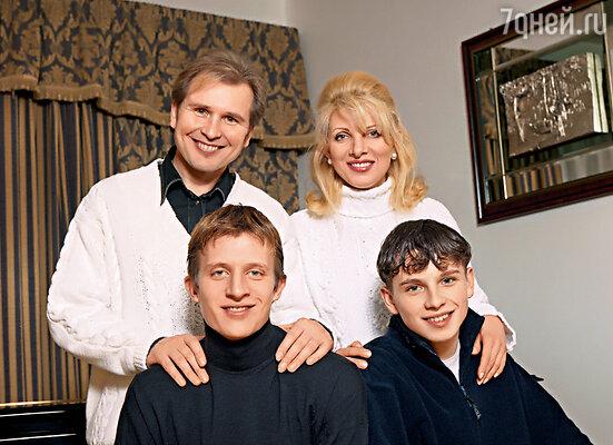 Я всегда говорю, что у нас с Сашей четверо детей: старшие Антон (слева) с Никитой сразу стали нашими общими сыновьями