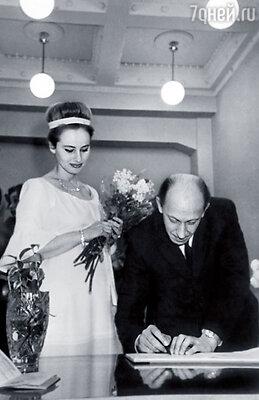 Свадьба родителей. Папа был всенародно известным артистом, но квартиру получил, только когда перешел из «Современника» во МХАТ