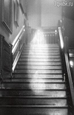 Это фото было сделано в Рэйнем-холле, одной из королевских резиденций. Эксперты по привидениям утверждают, что это призрак Леди в Коричневом, напугавший некогда Георга IV
