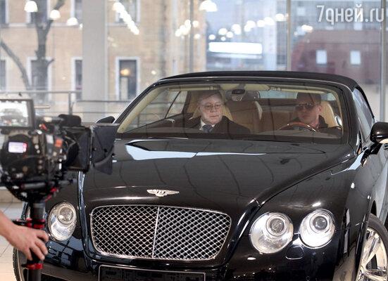 Герой Селина на оперативных просторах вживается вразные образы — например, изображает олигарха, разъезжающего на лимузине