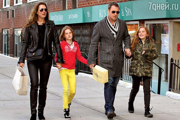 Брук Шилдс и Крис Хенчи с детьми