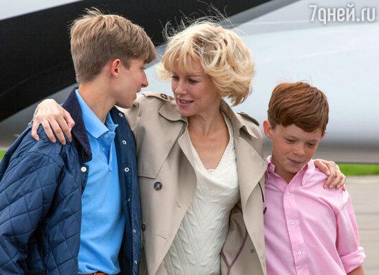 Наоми Уоттс с юными актерами, играющими сыновей Леди Ди. Кадр изфильма «Диана: История любви»