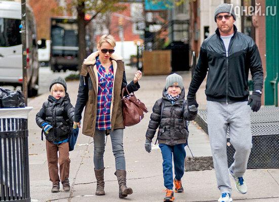 С гражданским мужем актером Ливом Шрайбером исвоими сыновьями Александром и Сэмюэлом в Нью-Йорке. Ноябрь 2013 г.