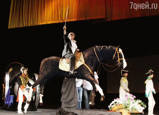Президент фестиваля Алла Сурикова всегда на коне