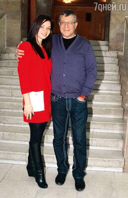 Ведущий церемонии открытия Андрей Ургант с женой Еленой