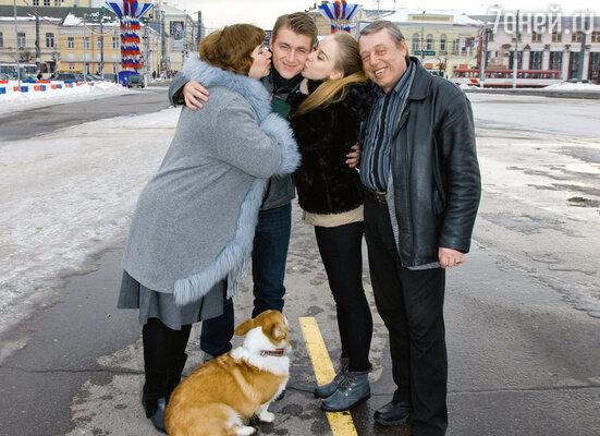 Леша на улицах родного города с мамой Надеждой Николаевной, папой Владимиром Викторовичем, сестрой Галиной и любимой собакой Элвисом