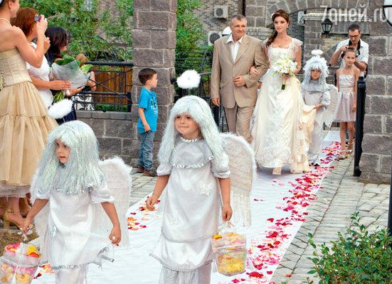 К месту регистрации невеста прошествовала в сопровождении ангелочков и под руку с отцом Василием Васильевичем