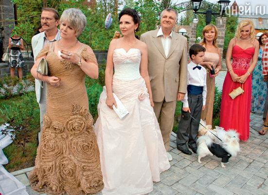 Родители жениха (слева) Алим Иванович и Ольга Шалимовна, родители невесты Марина Борисовна и Василий Васильевич и ее племянник Давид