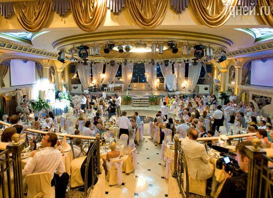 В огромном банкетном зале легко уместилось около 270 гостей