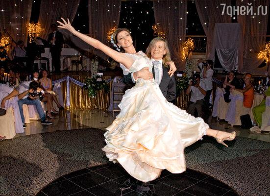 Свой первый танец молодожены репетировали несколько дней...