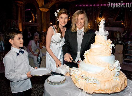 Первый кусок свадебного торта достался Настиному племяннику Давиду