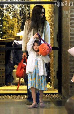 Кэти Холмс иСури Круз напороге своего дома в Нью-Йорке. 2012 г.
