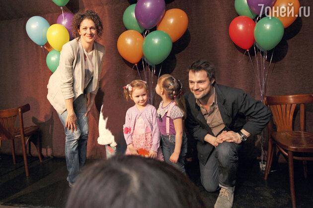 Козловский выкроил время, чтобы прочитать детям сказки лично
