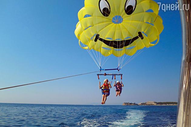 Анна впервые прокатила дочь Ксению на парашюте над морем