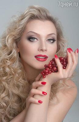Блондинкам и брюнеткам можно использовать малиновые цвета, а шатенкам — помидорно-красные