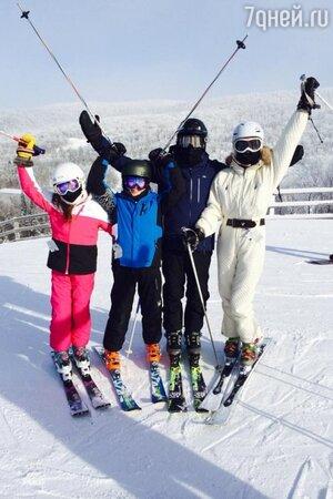 Кэтрин Зета-Джонс и Майкл Дуглас с детьми в Квебеке
