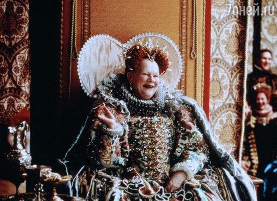 Королевский наряд Джуди Денч был таким тяжелым, что его помогали надевать три человека