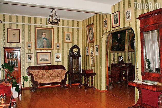 Интерьер дома-музея Алексея Толстого в Брянской области