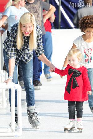 Тори Спеллинг с дочерью на катке