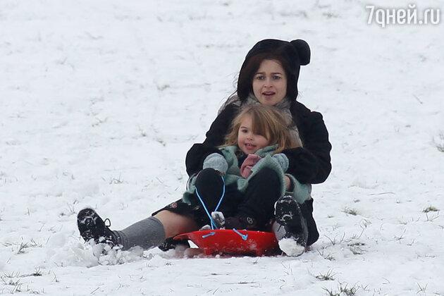 Хелена Бонем-Картер с дочерью кататеся на санках