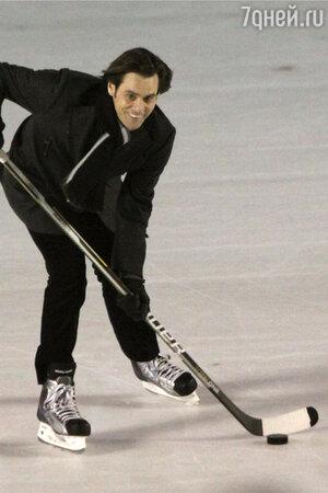 Джим Керри играет в хоккей